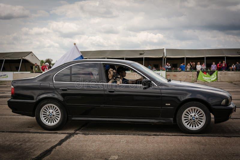 Tiraspol, Moldova - 11 de maio de 2019: Carros de competência do arrasto da competição de abertura Carros do pântano em honra da  fotos de stock royalty free