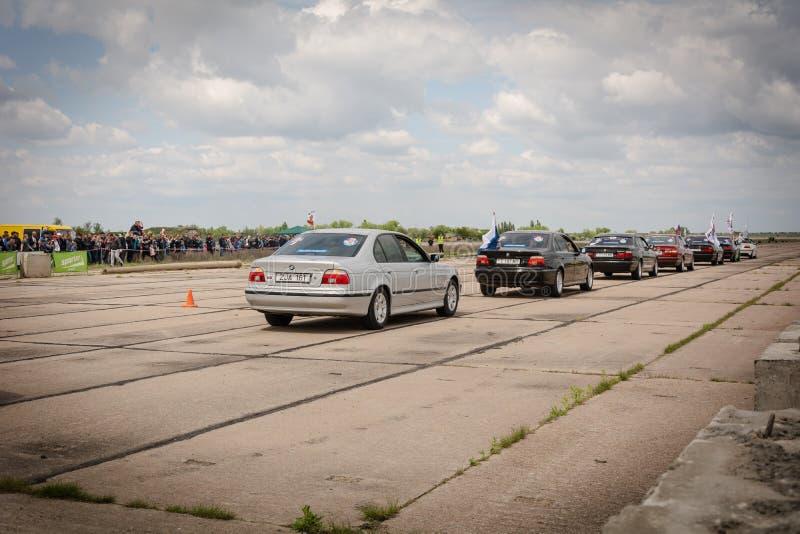 Tiraspol, Moldova - 11 de maio de 2019: Carros de competência do arrasto da competição de abertura Carros do pântano em honra da  foto de stock