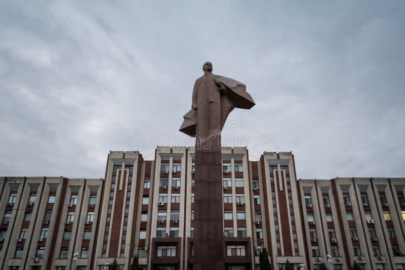 TIRASPOL, TRANSNITRIA EL MOLDAVIA - 12 DE AGOSTO DE 2016:: Edificio del parlamento de Transnistria en Tiraspol con una estatua de fotografía de archivo libre de regalías