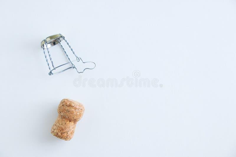 Tirata del sughero e del metallo di Champagne per il myzle della bottiglia Su una priorità bassa bianca immagini stock