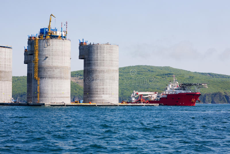 Tirata dell'oceano e piattaforma petrolifera in mare aperto fotografie stock