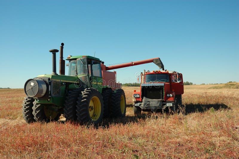 Tire de la cosechadora que vacia en el carro del grano imagen de archivo libre de regalías