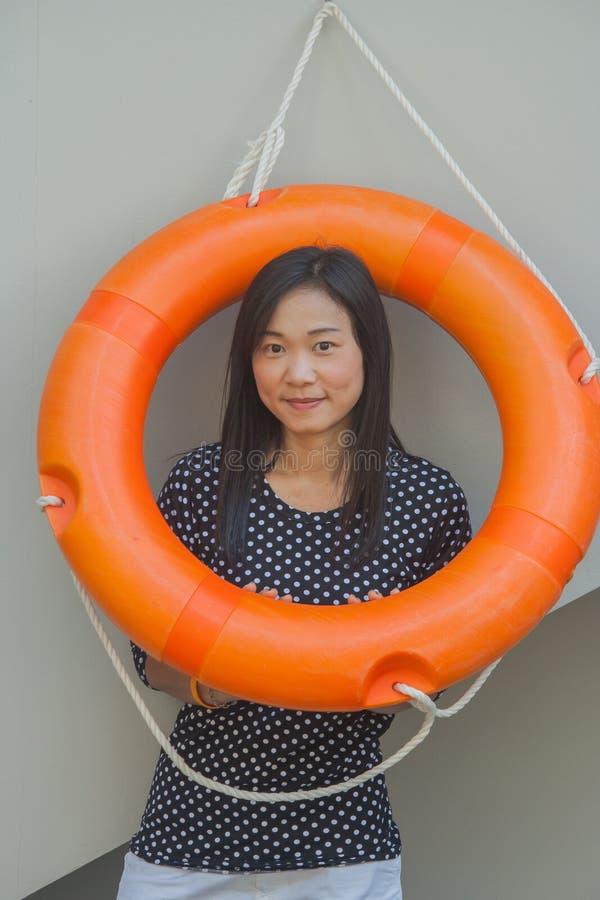 Tire el retrato asiático de la mujer en forma de vida con el anillo de vida en la piscina foto de archivo libre de regalías