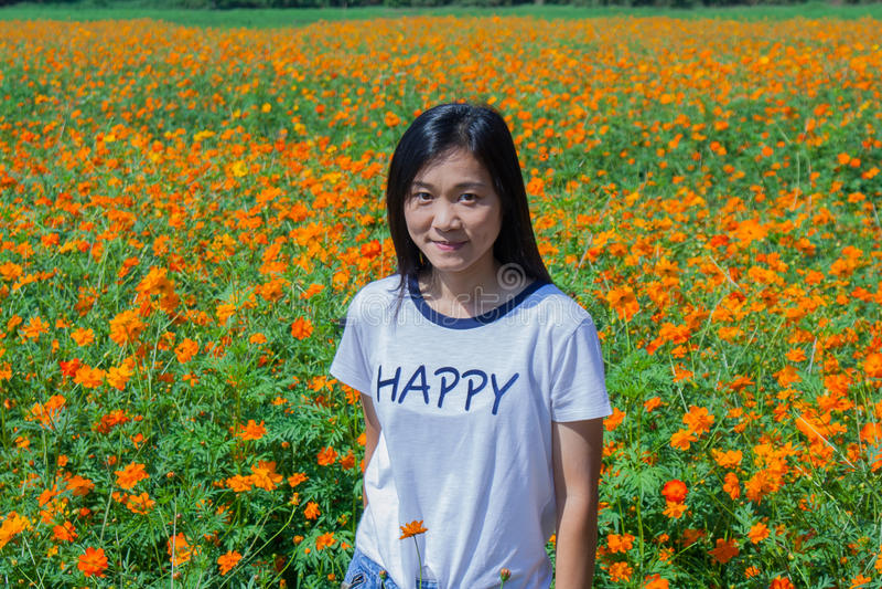 Tire el retrato asiático de la mujer en forma de vida en el ƒ del ¹ del gardenà fotos de archivo libres de regalías