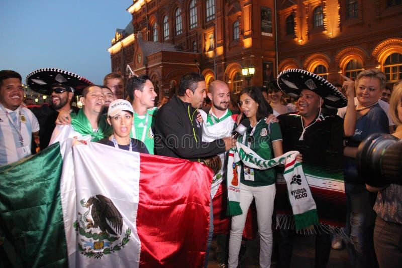 Tire las noticias para la televisión mexicana, sea retransmisión en directo en la TV con las fans en el mundial en Moscú foto de archivo libre de regalías