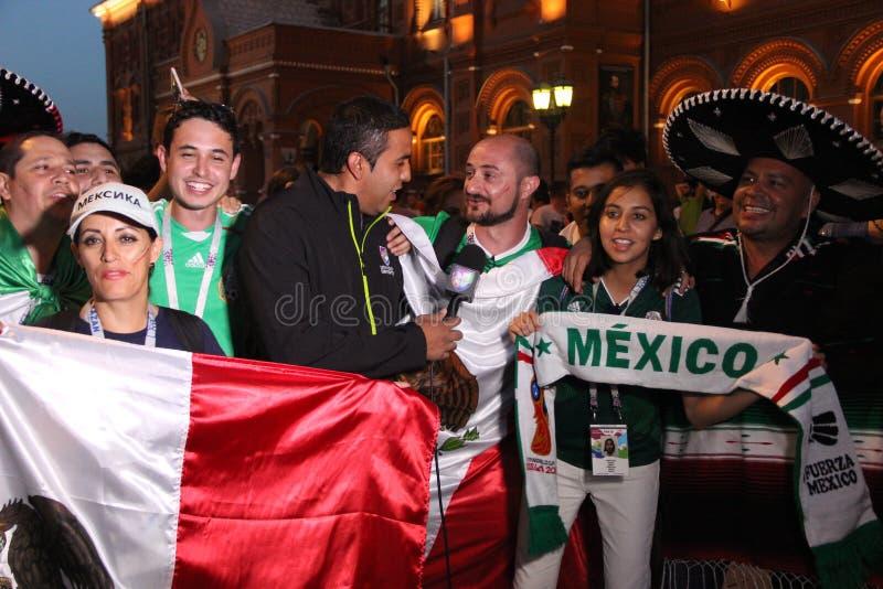 Tire las noticias para la televisión mexicana, sea retransmisión en directo en la TV con las fans en el mundial en Moscú fotos de archivo libres de regalías