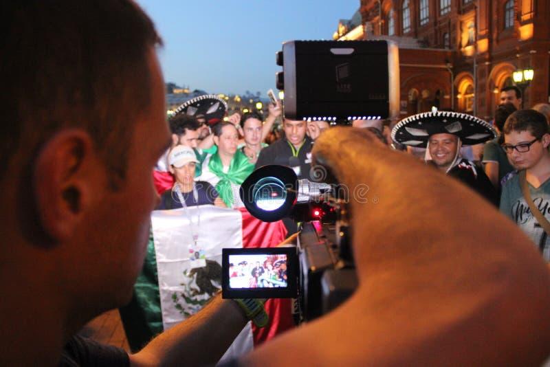 Tire las noticias para la televisión mexicana, sea retransmisión en directo en la TV con las fans en el mundial en Moscú imagen de archivo