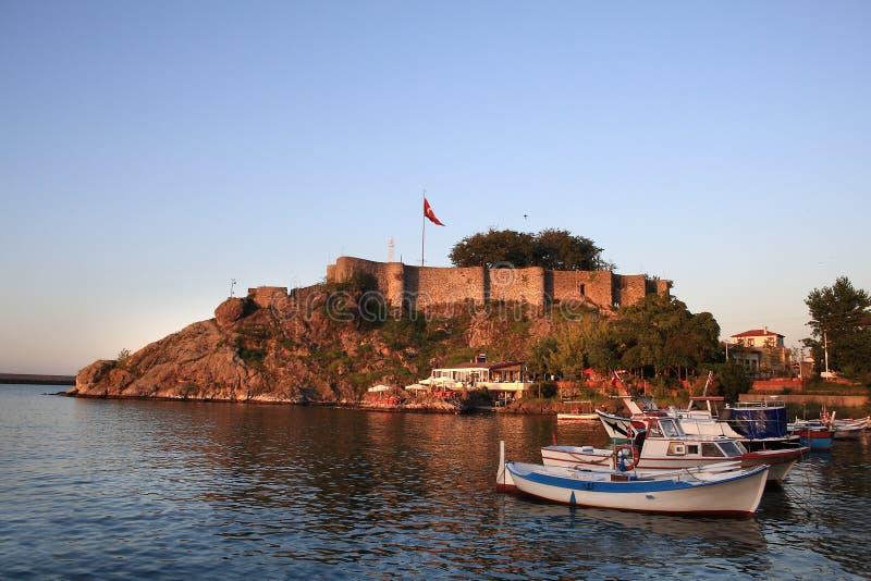 Tirebolu helgonJean slott i aftonen (Turkiet) arkivbilder
