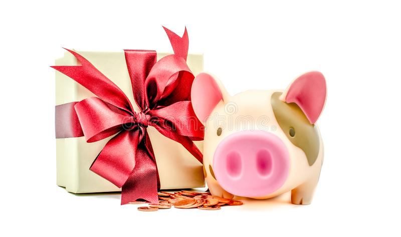 Tirelire avec des pièces de monnaie et boîte-cadeau sur le fond blanc photo libre de droits