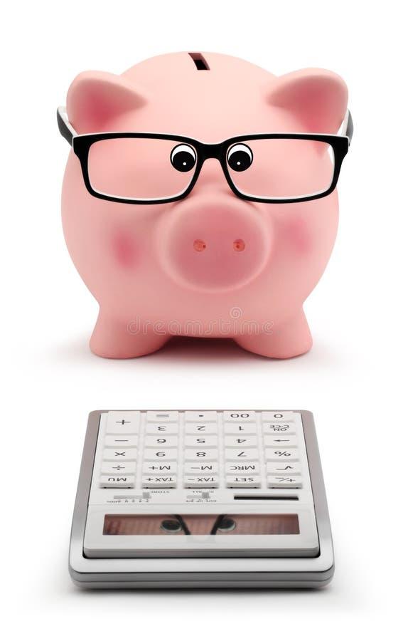 Tirelire avec des verres et le concept de comptabilité de calculatrice images stock