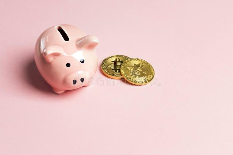 Tirelire avec le bitcoin sur le fond rose Copiez l'espace pour le texte photos stock