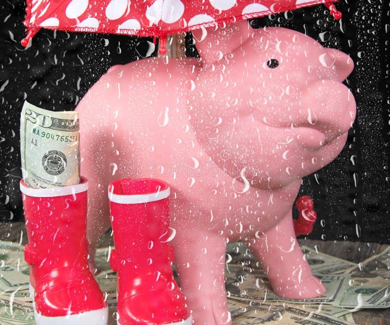 Tirelire dans la fenêtre pluvieuse image libre de droits