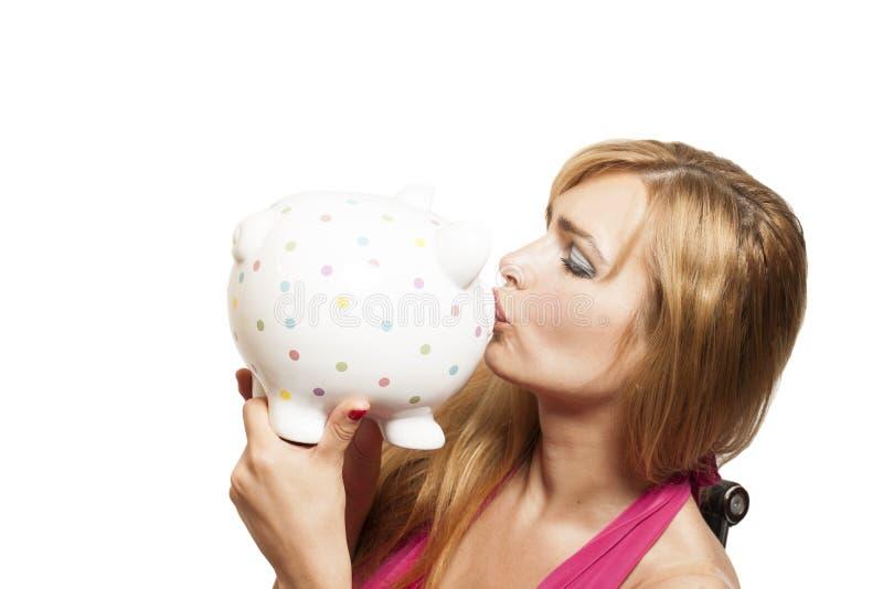 Tirelire de baiser de belle jeune femme images libres de droits