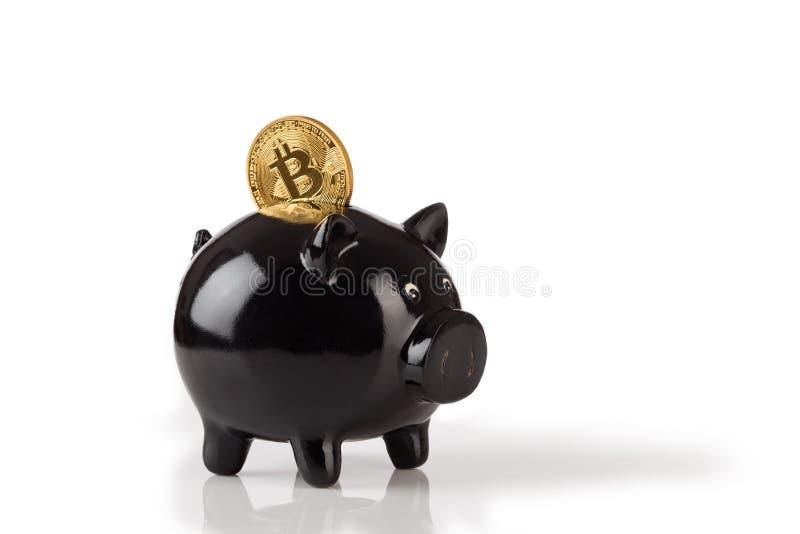 Tirelire noire avec un bitcoin d'isolement sur le blanc image stock