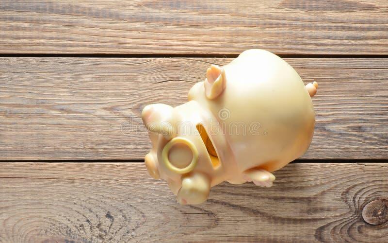 Tirelire sur une table en bois le concept de l'investissement et l'accumulation de l'argent vi photo stock