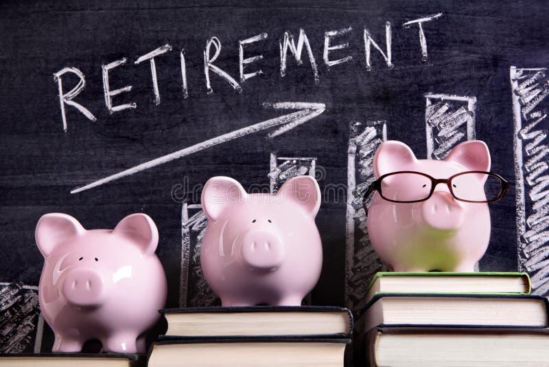 Tirelires avec le diagramme de l'épargne de retraite images stock