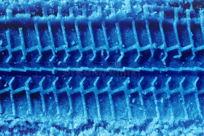 Tireprint azul en nieve foto de archivo