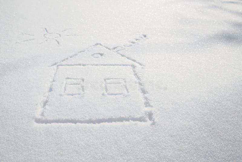 Tirer une maison avec de la fumée d'une cheminée et du soleil sur s blanc images libres de droits
