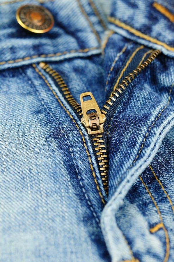 Tirette d'une paire de jeans à la mode image stock