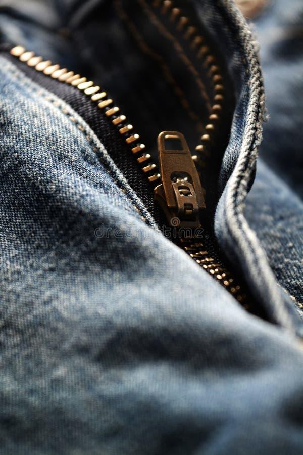 Tirette sur les blues-jean usées images libres de droits