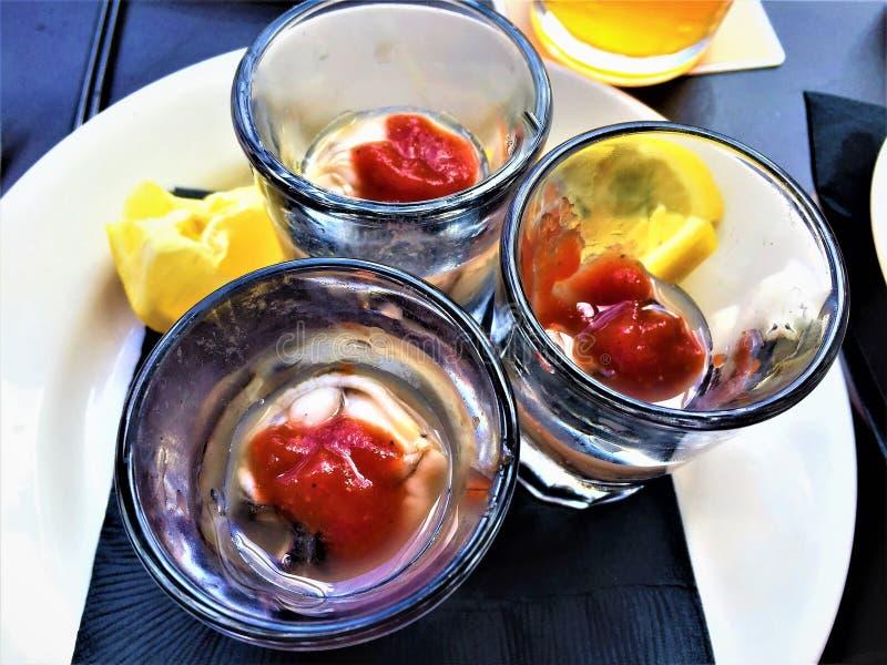 Tireurs d'huître avec de la sauce à citron et à cocktail photos stock