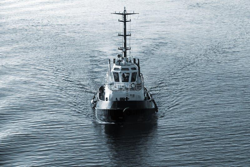 Tirez le bateau avec effort en cours, vue de face, ton bleu-foncé photographie stock