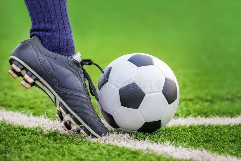 Tirez un ballon de football photos libres de droits