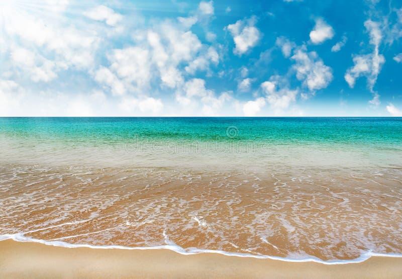 Tiri con il mare blu e la sabbia bianca in cielo blu immagine stock