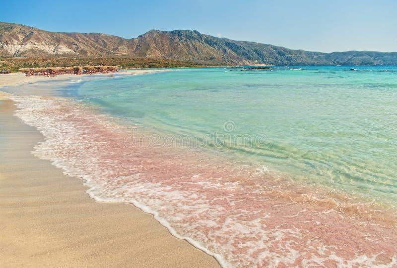 Tiri con la sabbia rosa e la spuma delicata del mare del blu di turchese immagine stock