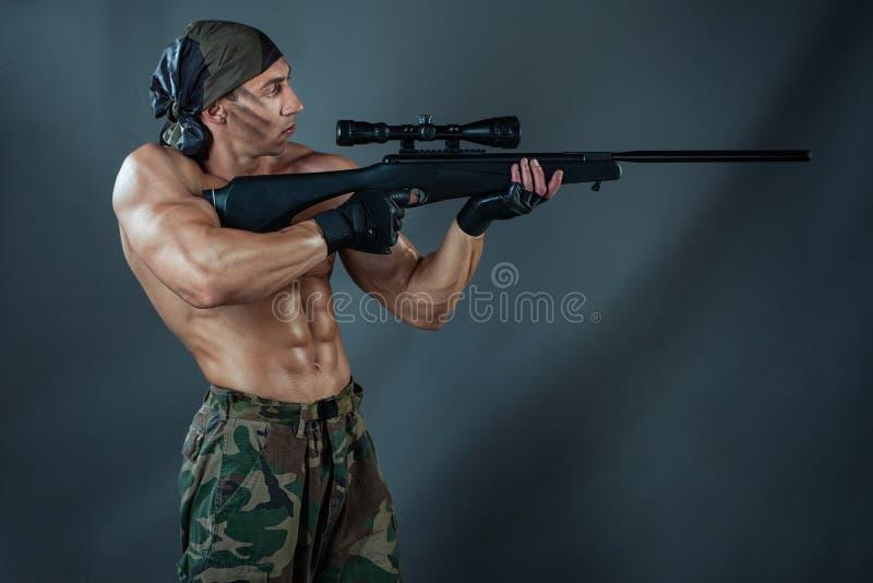 Download Tiri Dell'uomo Da Un Fucile Fotografia Stock - Immagine di azione, armi: 55361876
