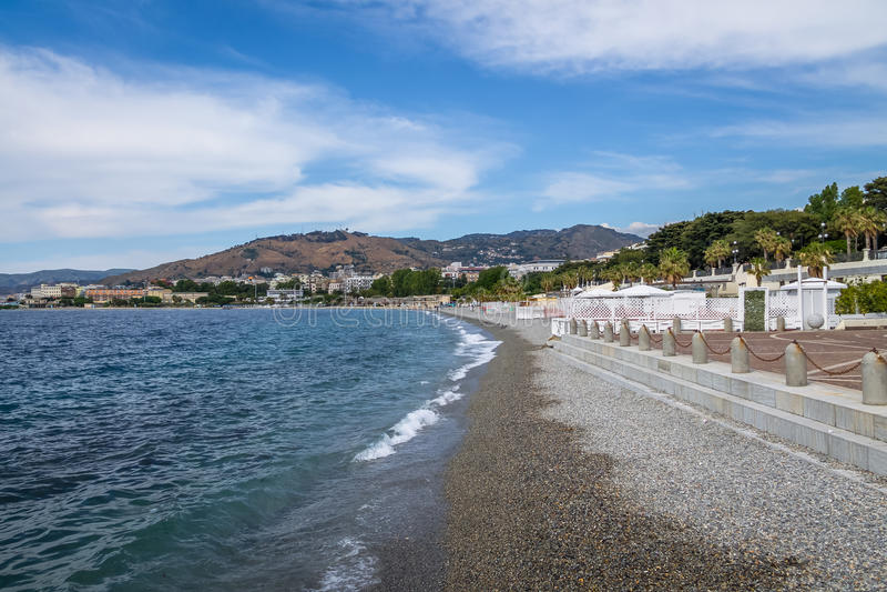 Tiri dentro e vista della città al lungomare della passeggiata di lungomare - Reggio Calabria, Italia fotografia stock