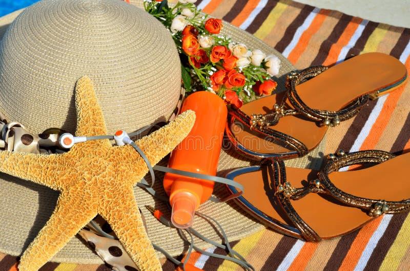 Tiri il cappello in secco, i Flip-flop, i telefoni capi, spruzzo del sole fotografie stock