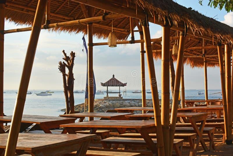 Tiri il ristorante in secco di bambù anteriore a Sanur, Bali all'alba, Indonesia immagini stock libere da diritti