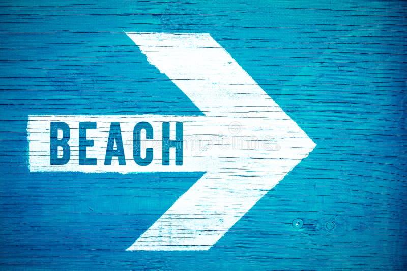 Tiri il segno in secco del testo scritto su una freccia direzionale bianca che indica verso la destra dipinta manualmente su un'i immagini stock