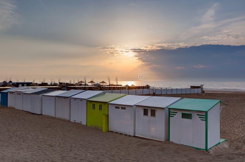 Tiri il tramonto in secco Blankenberge, Fiandre, Belgio del Mare del Nord delle cabine fotografia stock libera da diritti