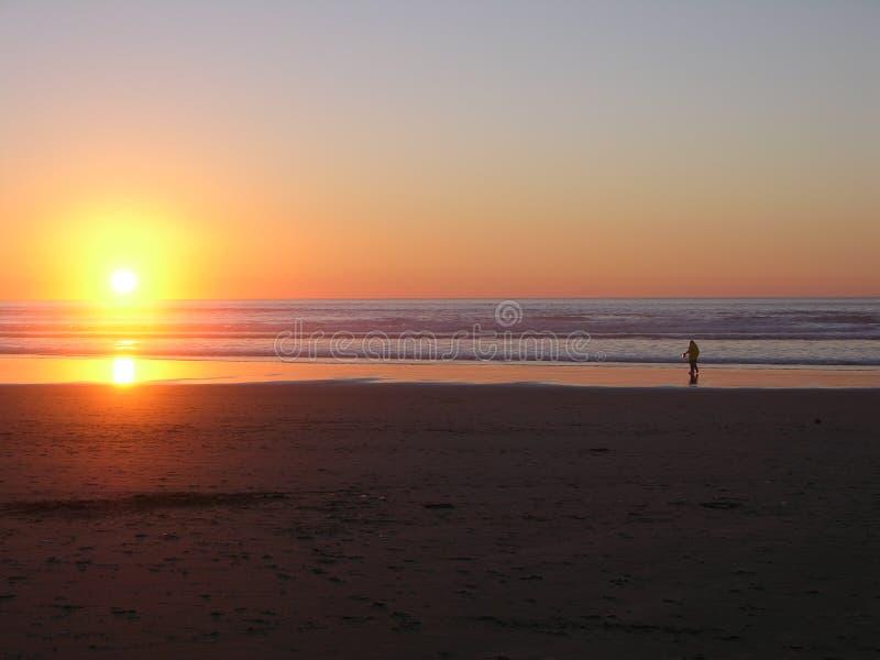 Tiri il tramonto in secco della spiaggia fotografia stock libera da diritti