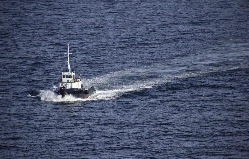 Tiri la barca, bianco e nero, navigante dal mare fotografia stock