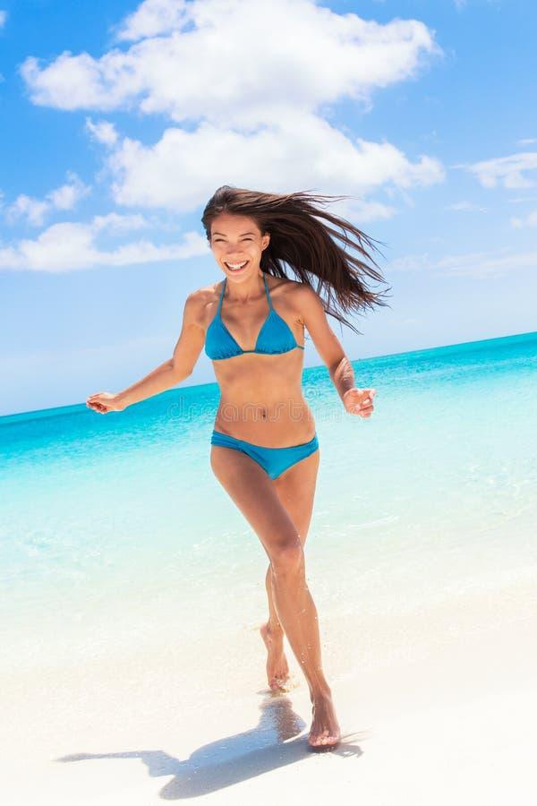 Tiri la donna in secco asiatica del bikini sexy divertendosi in acqua fotografia stock libera da diritti