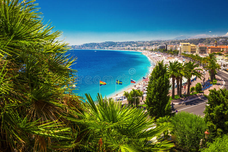 Tiri la passeggiata in secco nel vecchio centro urbano Nizza, di riviera francese, Francia fotografia stock libera da diritti