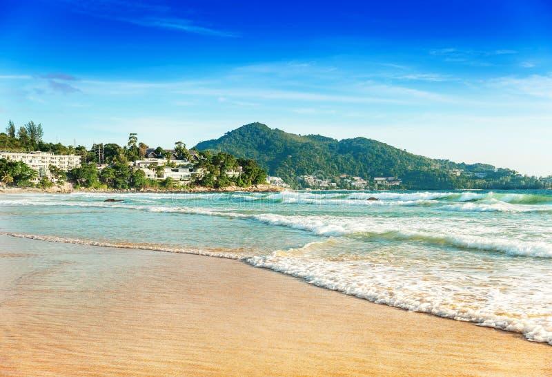 Tiri la sabbia ed il paesaggio in secco blu del mare in cielo blu fotografia stock
