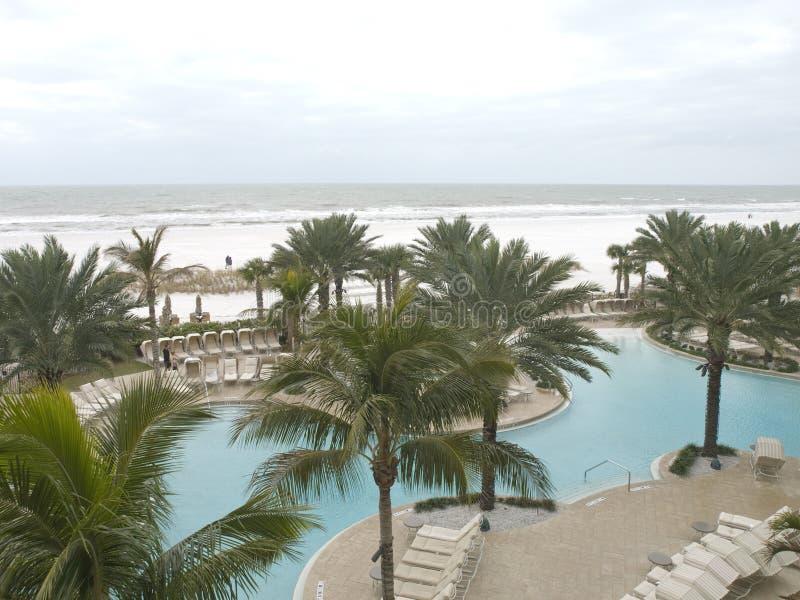 Tiri la vista in secco da un ricorso in spiaggia Flori di Clearwater fotografia stock libera da diritti