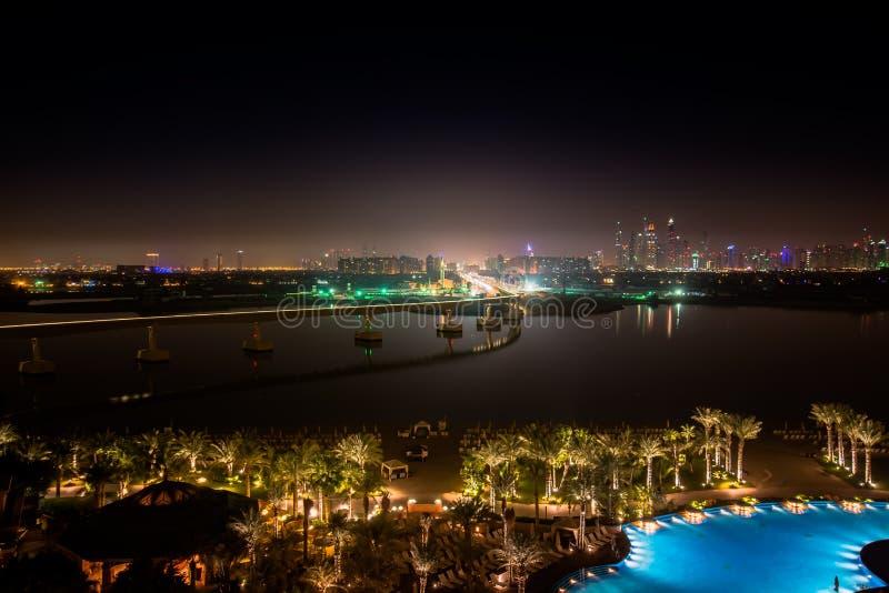 Tiri le luci in secco della baia della città Dubai di notte fotografie stock