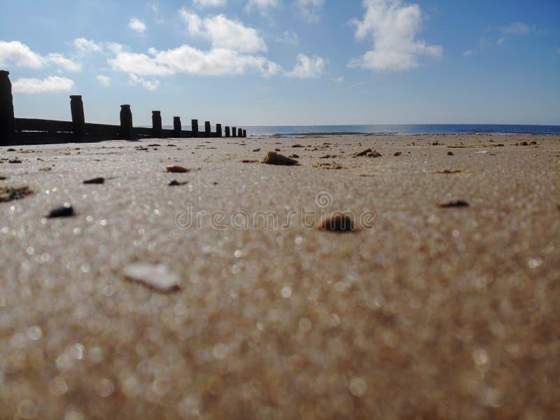 Tiri le pietre in secco blu delle coperture della nuvola dell'inguine dei granelli della sabbia fotografia stock