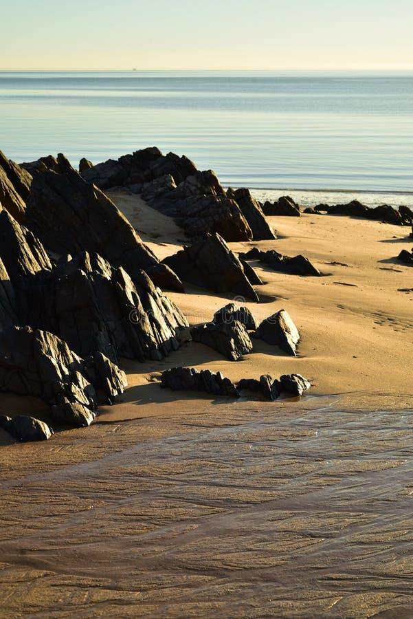Tiri le rocce in secco della riva ed insabbi i modelli in Baja, Messico fotografia stock libera da diritti