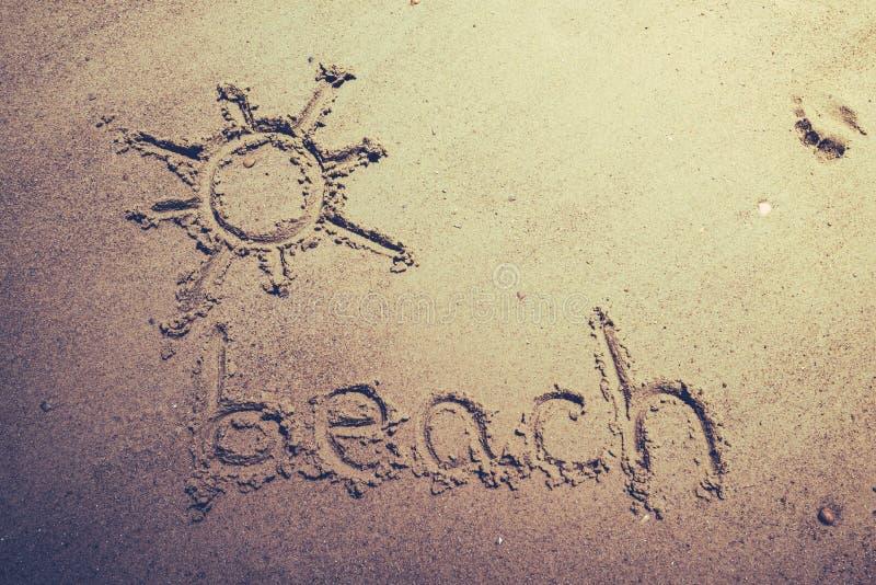 Download Tiri Scritto A Mano In Secco Nella Sabbia Della Spiaggia Con Un Sole Adorabile Illustrazione di Stock - Illustrazione di litorale, isola: 56885232