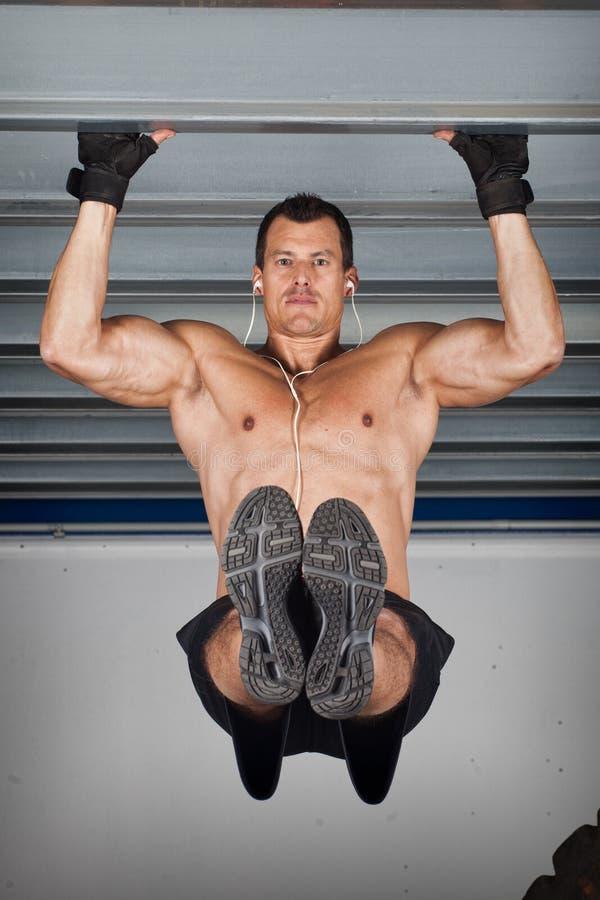 Tiri sul mento su addestramento di forma fisica del crossfit ad una trave d'acciaio immagine stock