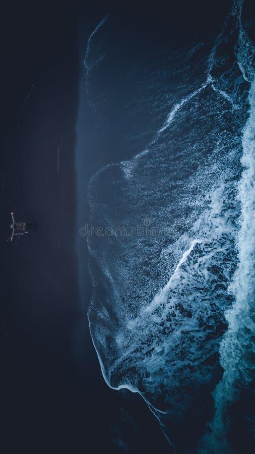 Tiro aéreo aéreo bonito da costa do mar com surpresa de ondas de oceano excitantes fotos de stock