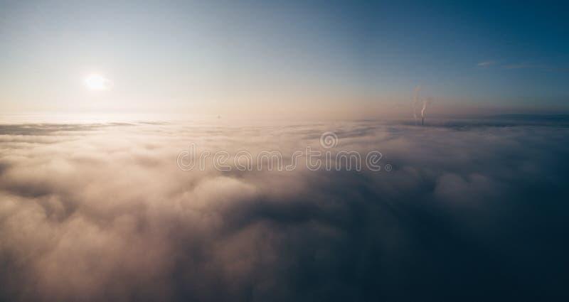 Tiro aéreo bonito das nuvens e do sol no céu foto de stock royalty free