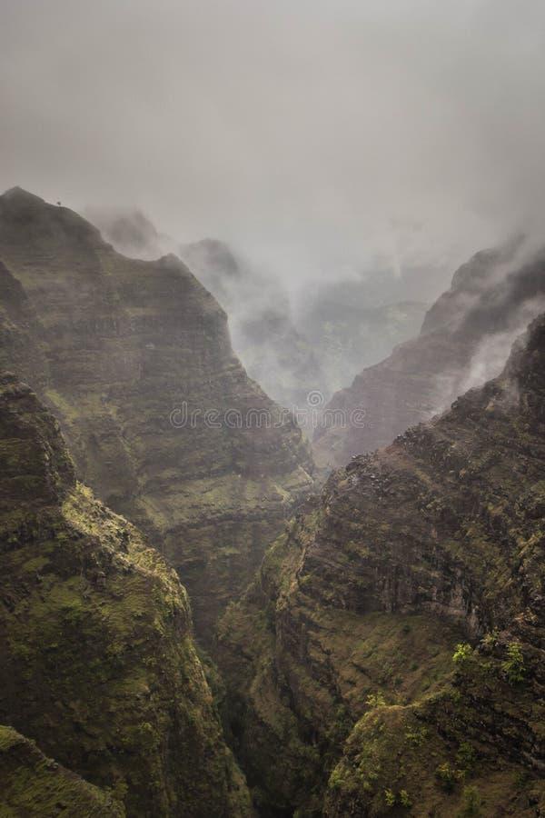 Tiro aéreo bonito de montanhas rochosas e nevoentas da garganta de Waimea, Estados Unidos fotos de stock