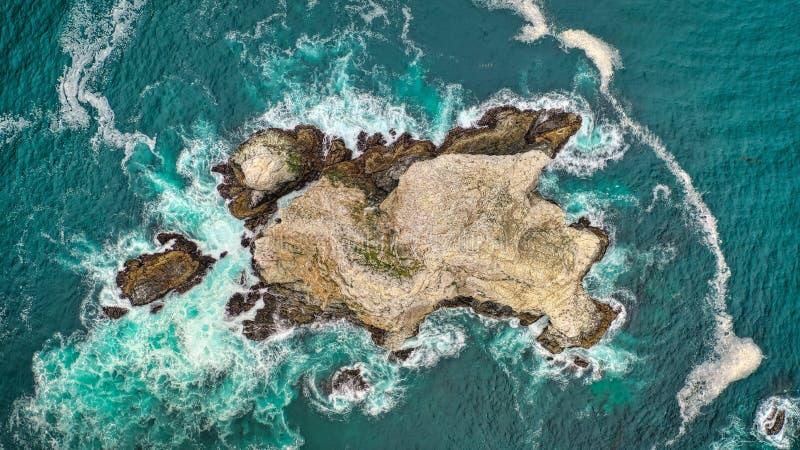 Tiro aéreo aéreo bonito dos recifes de corais no meio do oceano com as ondas de oceano de surpresa imagens de stock